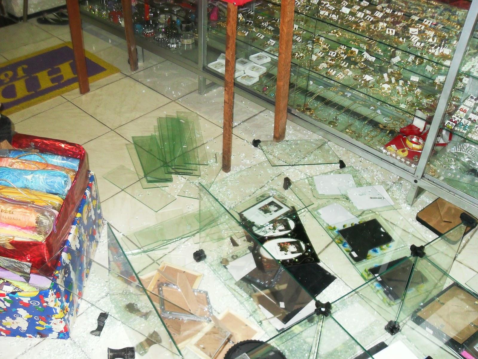 Foto:Osertãoenoticia.com (A vidraça da Loja ficou destruida)