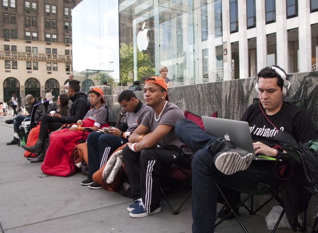 Fila para comprar o novo iPhone começa a se formar em Nova York (Foto: Don Emmert/AFP)