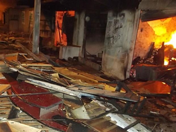 Incendio destruiu duas lojas em Sobral nesta madrugada (Foto: Orlando Alves/Arquivo pessoal)