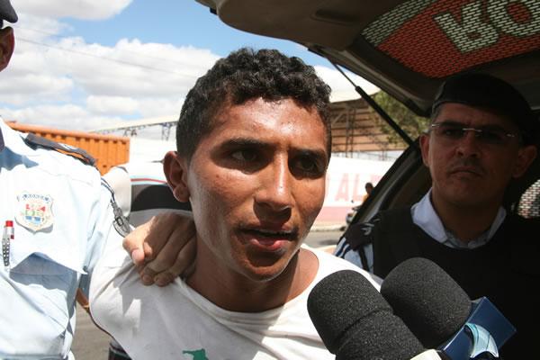 Francinaldo Gonçalves da Silva, de 20 anos, o Dudu, foi preso (Foto: Chinês/Agência Miséria)