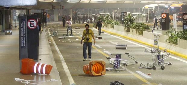 Rastro de destruição deixado no aeroporto (Foto: Marcos Bezerra/Futura Press/Agência Estado)